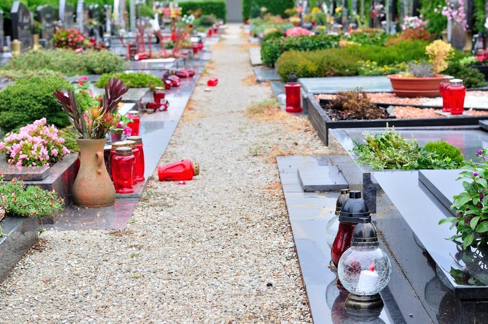 Quelles sont les décorations possibles pour agrémenter une tombe?
