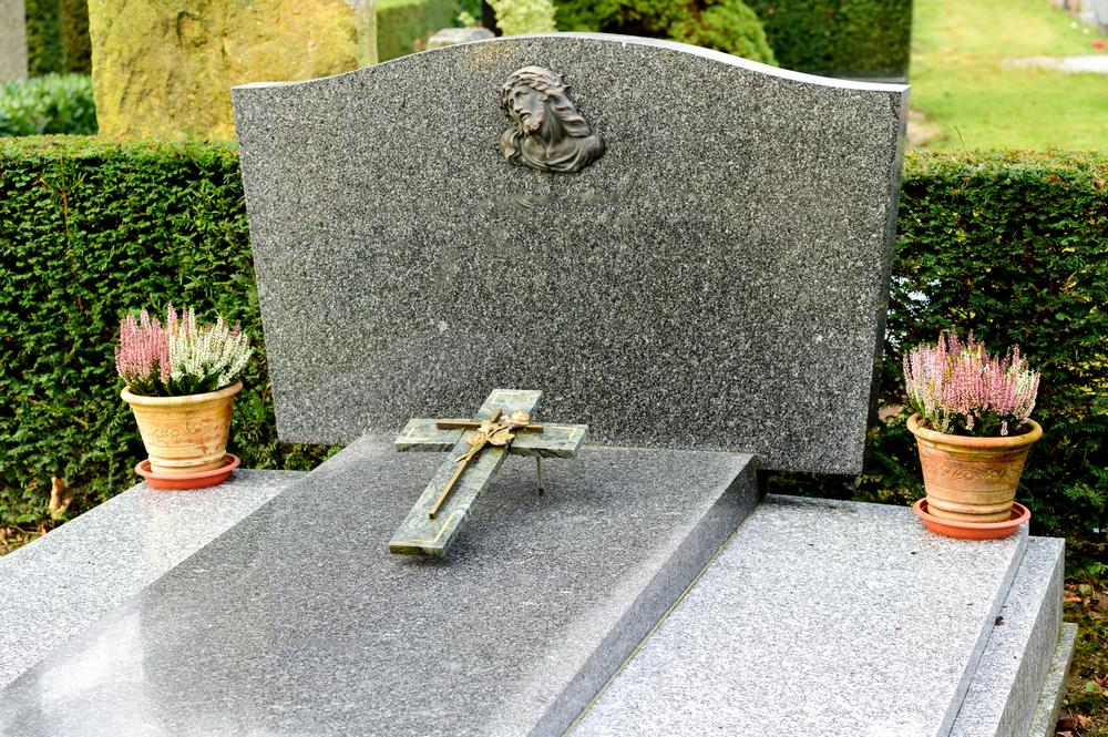 Tout savoir sur les monuments funéraires et les pierres tombales
